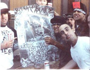 Clark, com o papel vermelho no boné, ainda no No Mercy, na época do lançamento da coletânea Welcome to Venice