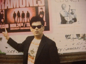 O baixista Dee Dee, dos Ramones, na onda do Suicidal, em 1984