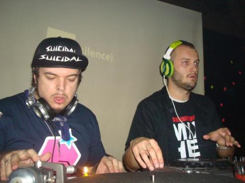 Igor, à esquerda, atacando de DJ com o seu novo projeto MixHell