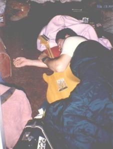 Descansando o esqueleto em turnê com a banda