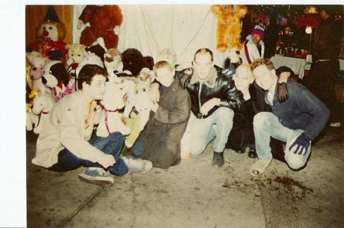 Reunião em frente ao bar Okie Dogs. O primeiro é Dave Markey, diretor de filmes e clipes que trabalhou com Sonic Youth, Nirvana, Ramones, Black Flag. Muir é o último.