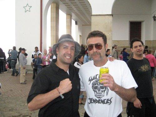 Jão, à direita, com camisa do Suicidal no México