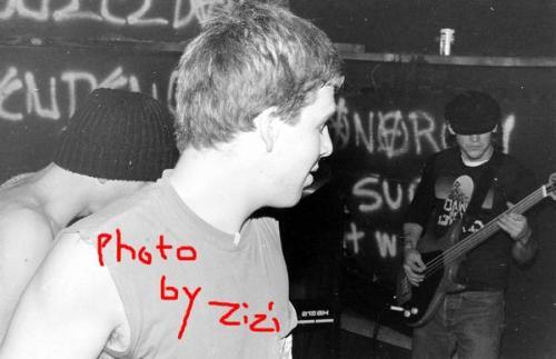 Mike, molecão, flagrando o baixista (Andrew Evans?)