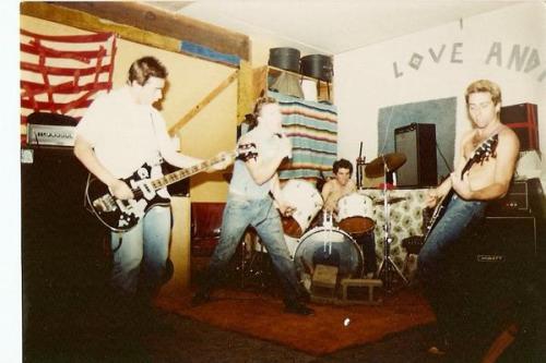 O baixista desconhecido, Muir, Dunnigan e Mike Ball, em show na casa deste último