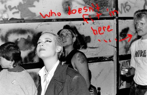 Zizi Carrot, a autora das fotos, em primeiro plano. Destaque (como Zizi fez) para o Mister Blonde Moustache com o goró na mão.