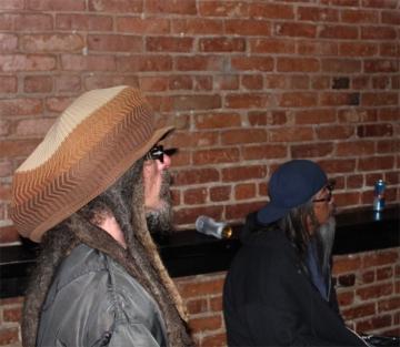 Keith Morris e Jeff Ho no público do Luicidal.